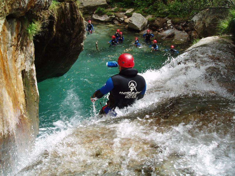 Glissade dans les eaux fraiches des canyons d'Ariège